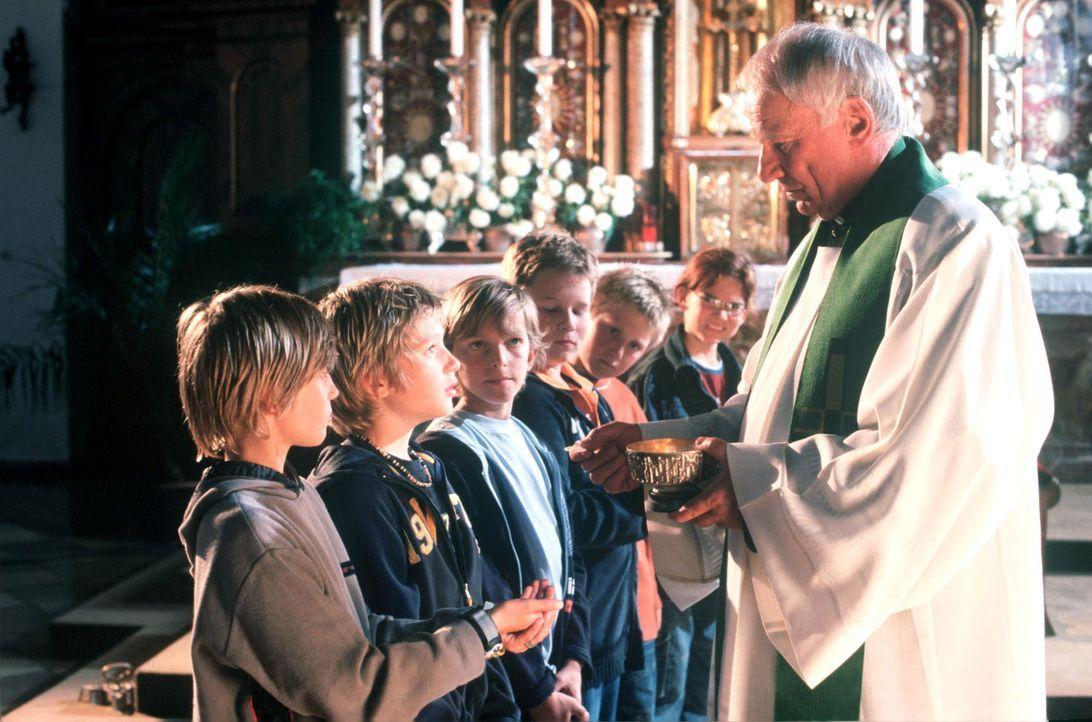 Jonas (Sven Gielnik, 2.v.l.) erfährt heimlich, dass er das Kind einer künstlichen Befruchtung ist. Im Gottesdienst fürchtet er nun, zur Überraschung... - Bildquelle: Kerstin Stelter Sat.1
