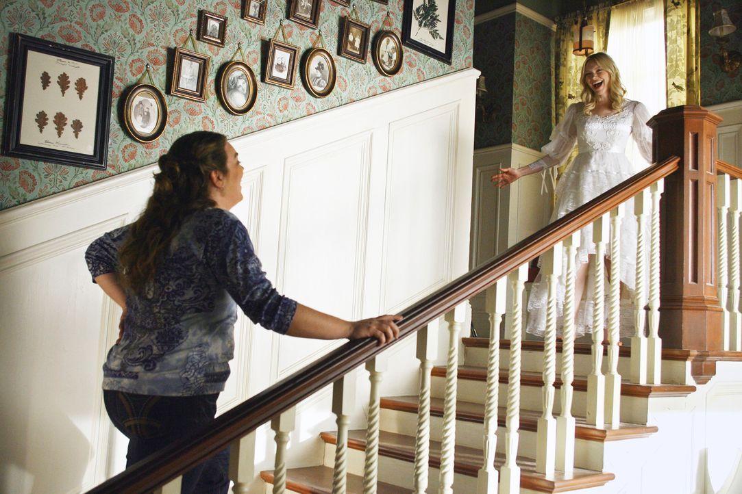 Präsentiert ihrer besten Freundin Janet (Rebecca Field, l.) das Hochzeitskleid ihrer Mutter: Hannah (Laura Prepon, r.)... - Bildquelle: ABC Studios