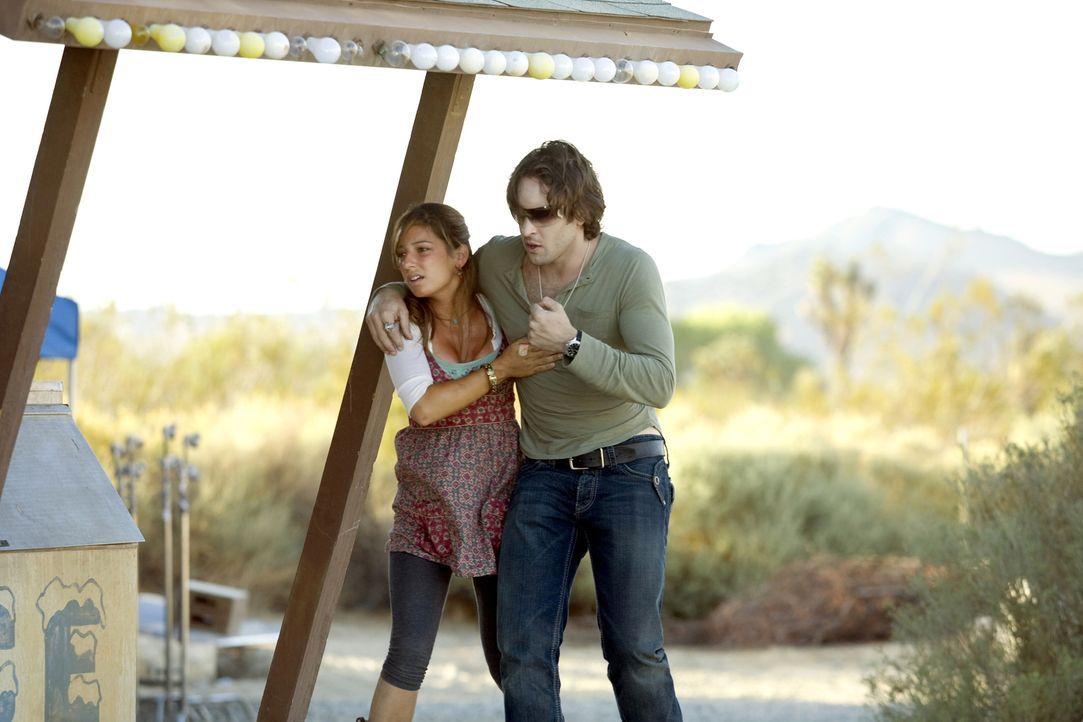 Mick (Alex O'Loughlin, r.) findet die vermisste Leni Hayes (Vanessa Lengies, l.). Doch seine Kräfte schwinden, weil er als Vampir mit der intensiven... - Bildquelle: Warner Brothers