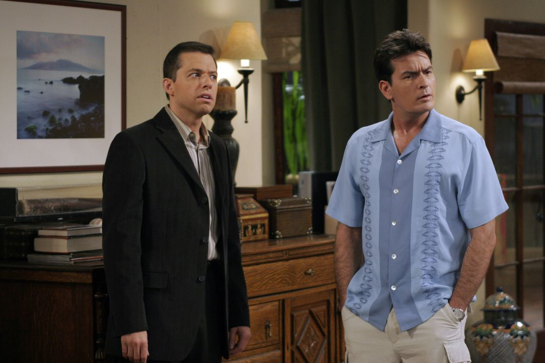 Nachdem Alan (Jon Cryer, l.) von seiner Mutter einen Sportwagen bekommen hat, ist sich Charlie (Charlie Sheen, r.) sicher, dass Alan nun für immer i... - Bildquelle: Warner Brothers Entertainment Inc.