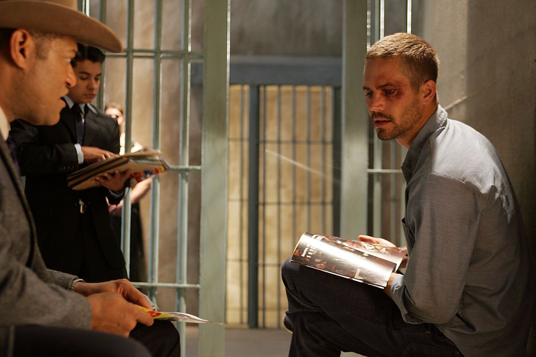 Agent Tad Grusza (Lawrence Fishburne, l.) von der DEA - Aniti-Drogen-Behörde der USA - macht dem im Gefängnis einsitzenden Ex-Elitesoldaten Tim Kear... - Bildquelle: Nu Image