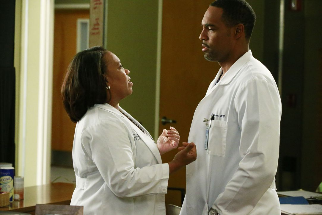 Richard sorgt für Trubel im Krankenhaus, als er die Ärztepaarungen durcheinanderwürfelt: Bailey (Chandra Wilson, l.) und Ben (Jason George, r.) ... - Bildquelle: Richard Cartwright ABC Studios