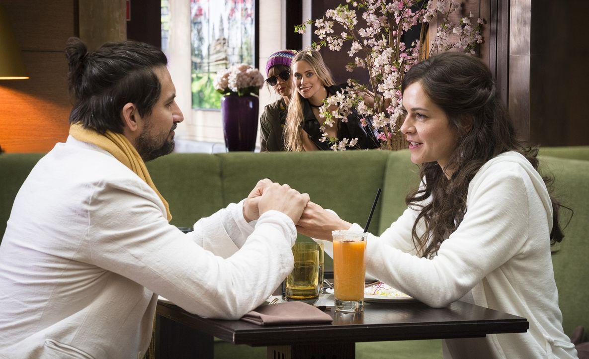 Die Devise lautet: Macht John (Tom Beck, l.) unglücklich und zerstört seine Liebe zu Ella (Susan Hoecke, r.)! Lou (Cristina do Rego, 2.v.l.) und ihr... - Bildquelle: Stephan Rabold SAT.1