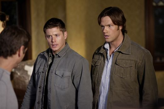 Supernatural - Dean (Jensen Ackles, l.) und Sam (Jared Padalecki, r.) untersu...