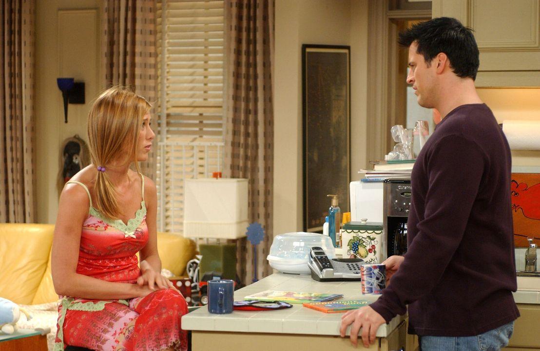 Während Rachel (Jennifer Aniston, l.) ihre Schwester Amy bittet, auf Emma aufzupassen, schreibt Joey (Matt LeBlanc, r.) für Chandler und Monica eine... - Bildquelle: 2003 Warner Brothers International Television