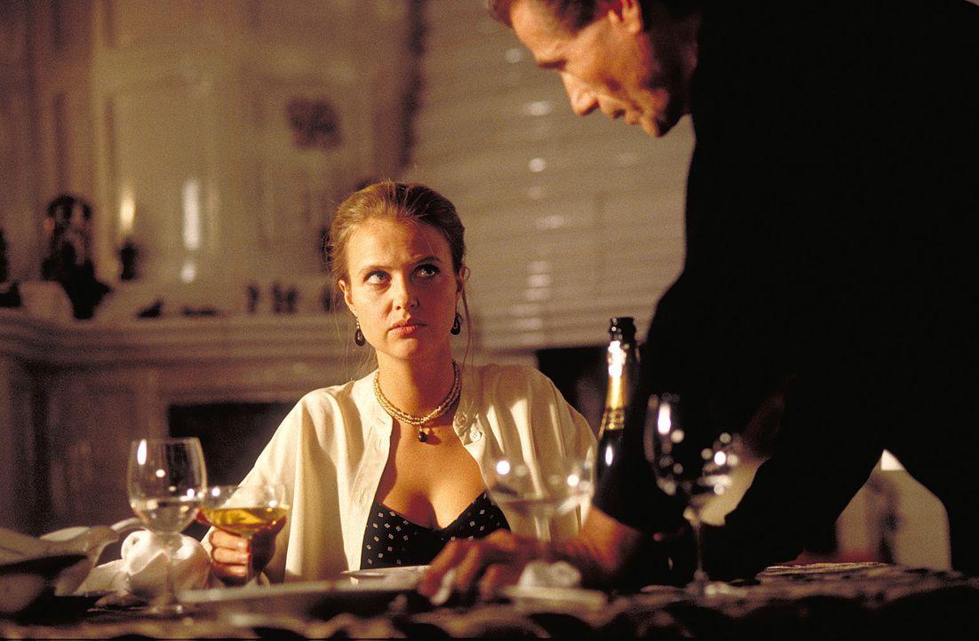 Die junge, attraktive Hanna Reinders (Katharina Böhm, l.) leidet sehr unter der krankhaften Eifersucht ihres Mannes Günther (Jürgen Prochnow, r.). D... - Bildquelle: Rolf von der Heydt ProSieben