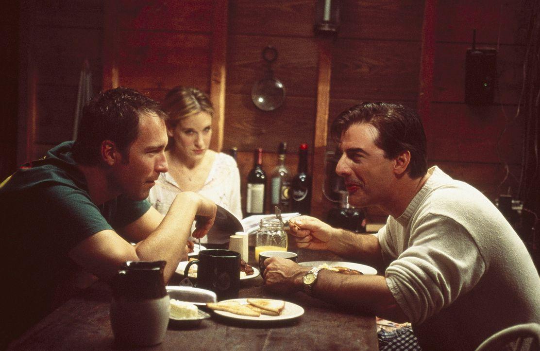 Leider wird aus Bigs (Chris Noth, r.) Visite bei Carrie (Sarah Jessica Parker, M.) und Aidan (John Corbett, l.) auf dem Lanhaus kein Kurzbesuch, den... - Bildquelle: Paramount Pictures