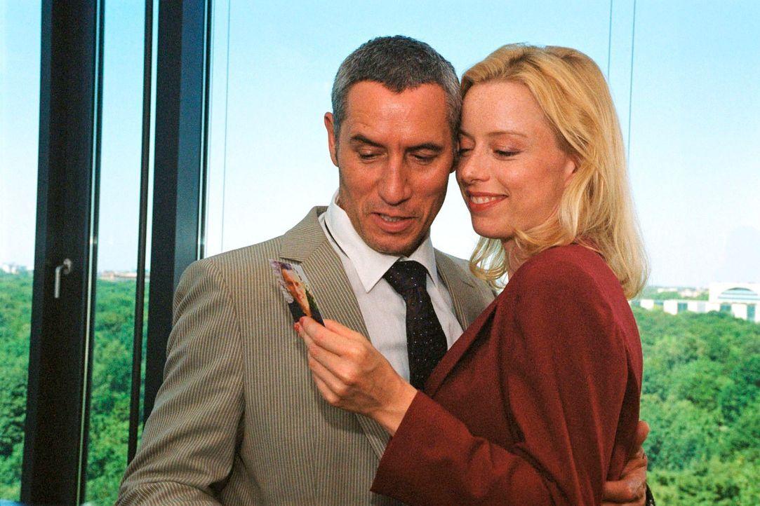 Thomas (Ralph Herforth, l.) möchte sich mit seiner Sekretärin (Sonja Kerskes, r.) und den zwei Millionen Euro ins Ausland absetzen ... - Bildquelle: Hardy Spitz Sat.1