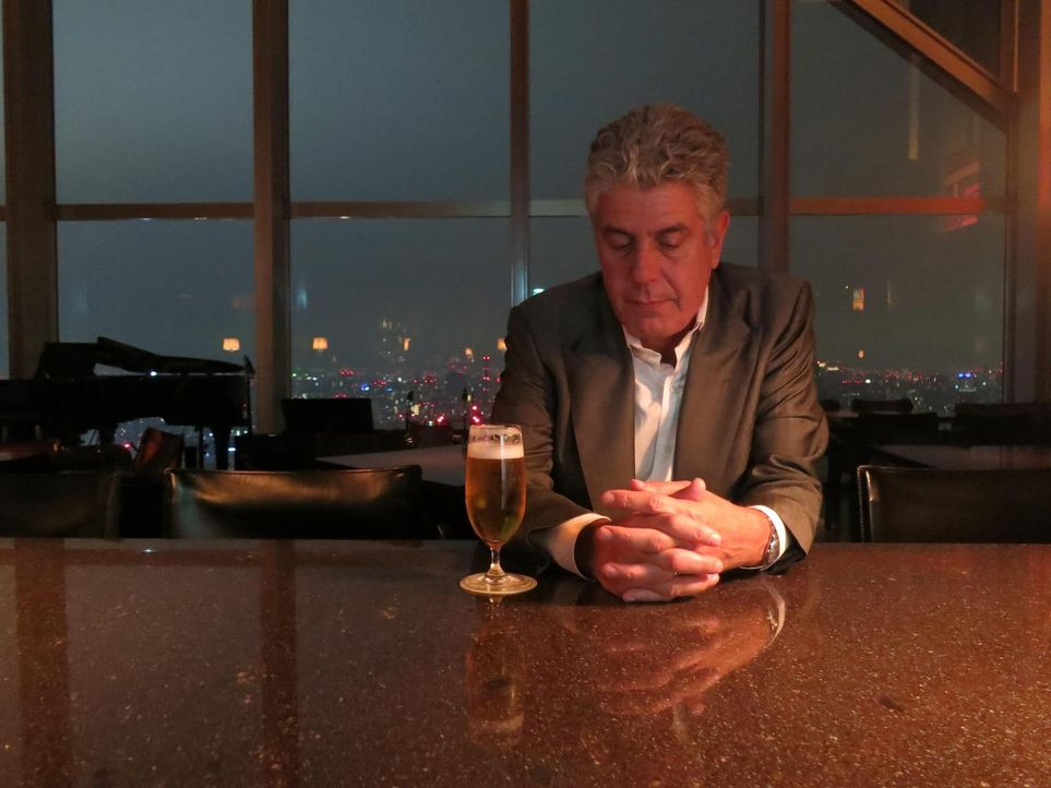 Begibt sich auf eine äußerst spannende Reise in die manchmal verstörenden Parallelwelten von Tokio: Anthony Bourdain ... - Bildquelle: 2013 Cable News Network, Inc. A TimeWarner Company. All rights reserved.
