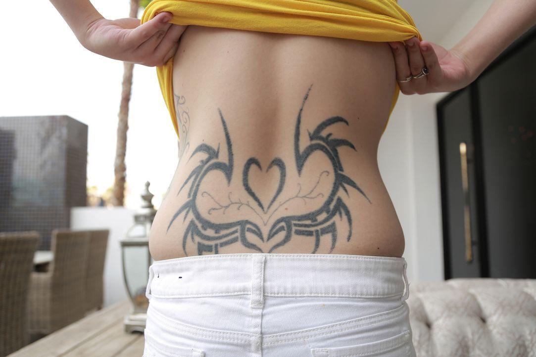 Ihr in Eigenarbeit produziertes Tattoo ist nicht nur wegen seiner Schieflage eine komplette Katastrophe, weswegen Kirstin die Hilfe von Dirk und Ruc... - Bildquelle: 2013 A+E Networks, LLC