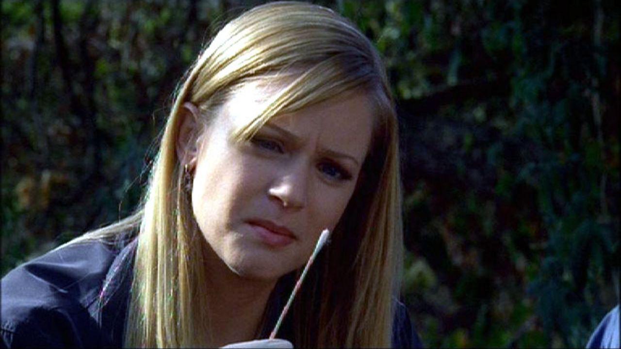 Jennifer 'JJ' Jareau (A.J. Cook) entdeckt frischen Lippenstift an einem der Opfer ... - Bildquelle: Touchstone Television