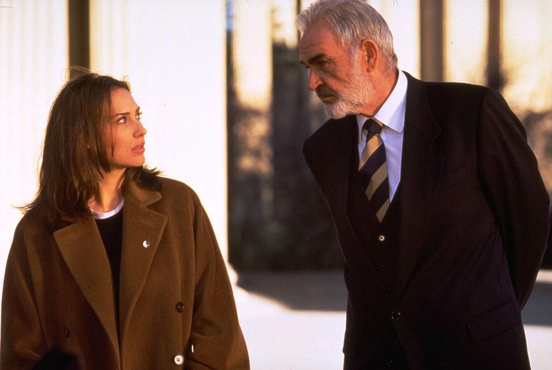 Bevor John Mason (Sean Connery, r.) die lebensgefährliche Reise nach Alcatraz antritt, trifft er sich mit seiner Tochter (Claire Forlani, l.) ... - Bildquelle: Hollywood Pictures Company.  All rights reserved