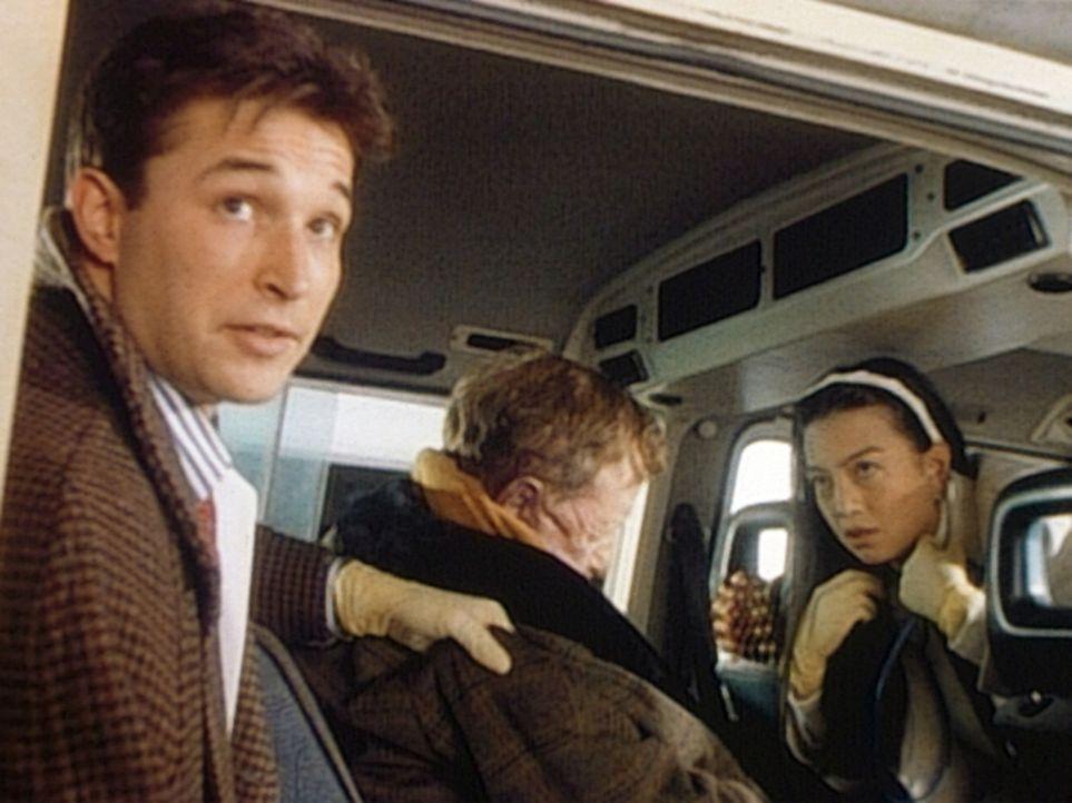 John Carter (Noah Wyle, l.) und Deb (Ming-Na Wen, r.) können leider nur noch den Tod von Onkel Ed feststellen. - Bildquelle: TM+  WARNER BROS.