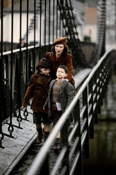 Als die Eltern zweier Jungen im Zweiten Weltkrieg ausgewiesen werden, bringt sie Julien zu seinem eigenen Vater auf den Hof. Charlotte (Cate Blanche... - Bildquelle: Warner Bros.