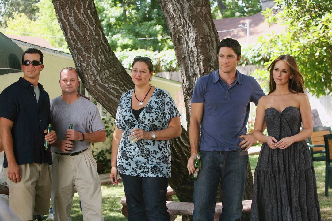 Matt, ein Freund von, Jim (David Conrad, 2.v.r.) ist aus dem Irakkrieg zurück. Delia (Camryn Manheim, M.) und Melinda (Jennifer Love Hewitt, r.) neh... - Bildquelle: ABC Studios