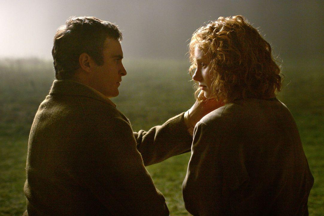 Als sich Ivy (Bryce Dallas Howard, r.) in den nachdenklichen Lucius (Joaquin Phoenix, l.) verliebt, die beiden sogar heiraten wollen, dreht der von... - Bildquelle: Touchstone Television
