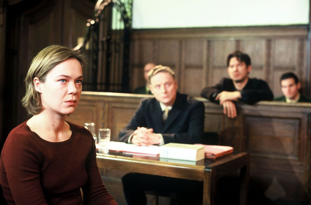 Petra Winter (Katja Heinrich, l.) sagt vor Gericht gegen ihren Ex-Mann Marc (Andreas Herder, r.) aus. - Bildquelle: Leslie Haslam Sat.1