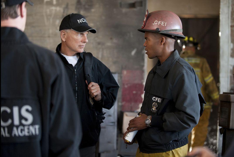 Müssen in einem neuen Fall zusammenarbeiten: Gibbs (Mark Harmon, l.) und Jason King (Gaius Charles, r.) ... - Bildquelle: 2012 CBS Broadcasting Inc. All Rights Reserved.