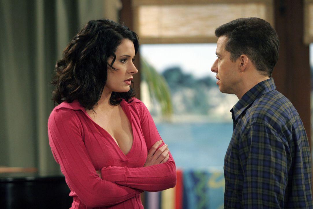 Jamie (Paget Brewster, l.), eine alte Schulfreundin, kommt zu Besuch zu Alan (Jon Cryer, r.) ... - Bildquelle: Warner Bros. Television
