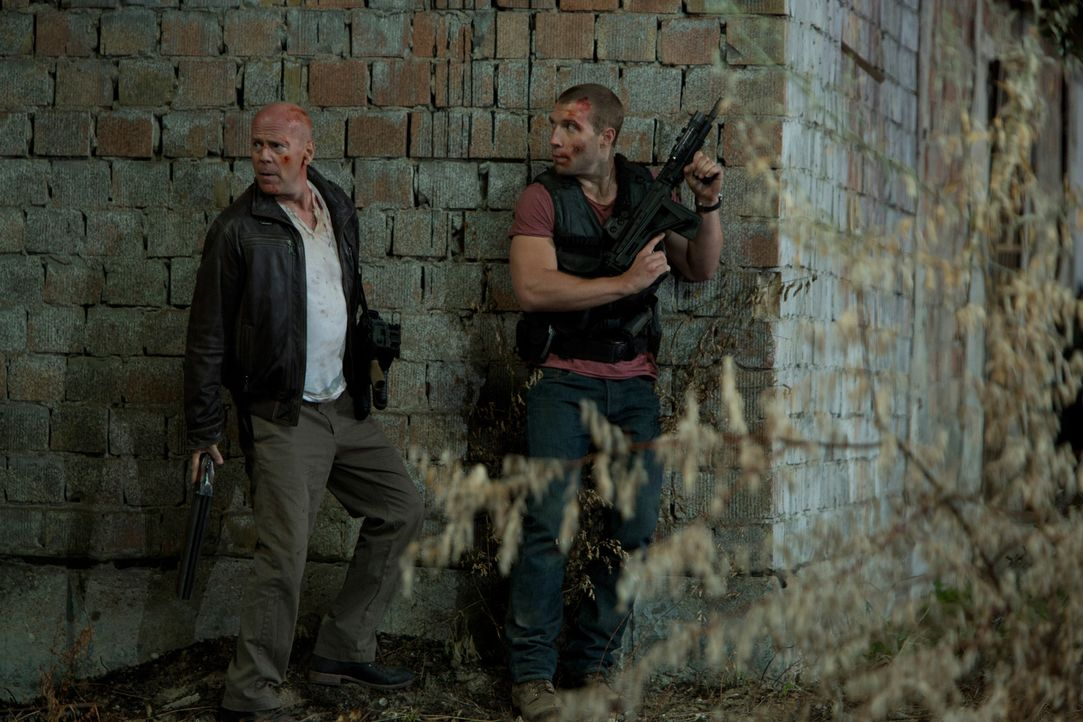 Eigentlich hat McClane (Bruce Willis, l.) Urlaub und reist nur nach Moskau, um seinen entfremdeten Sohn Jack (Jai Courtney, r.) zu retten, den er se... - Bildquelle: 2013 Twentieth Century Fox Film Corporation. All rights reserved.