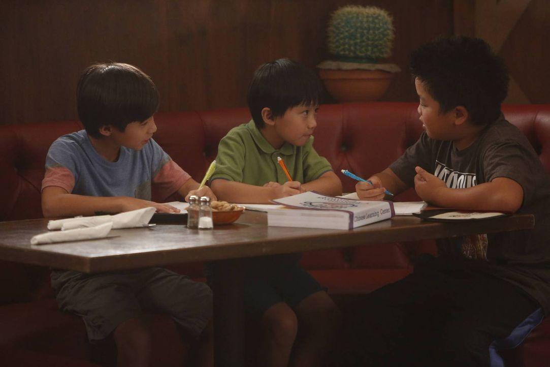 """Da es in Washington D.C. kein """"Chinesische Lerncenter"""" gibt, beschließt Jessica zum Leidwesen von Eddie (Hudson Yang, r.), Emery (Forrest Wheeler, l... - Bildquelle: 2015 American Broadcasting Companies. All rights reserved."""