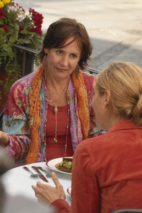P.J.s (Jordana Spiro, r.) Tante Phyllis (Laurie Metcalf, l.), die bei allen Jungs sehr beliebt ist, kommt zu Besuch. Sie mischt das Leben der Freund... - Bildquelle: 2006 Sony Pictures Television Inc. All Rights Reserved.