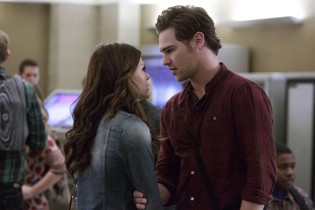 Grayson (Grey Damon, r.) will Emery (Aimée Teegarden, l.) vor Roman warnen und Drake dazu bringen, nach seiner Pfeife zu tanzen. Doch das sind nicht... - Bildquelle: 2014 The CW Network, LLC. All rights reserved.