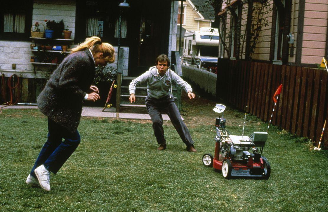 Der Fluch der Technik: Diane (Marcia Strassman, l.) und Wayne (Rick Moranis, r.) jagen ihrem rasenden Rasenmäher hinterher ... - Bildquelle: Walt Disney Pictures