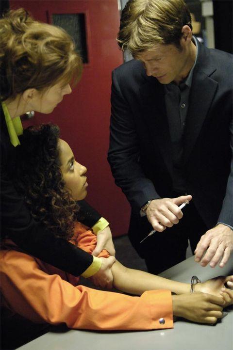 Diana (Jacqueline McKenzie, l.) bittet  Tom (Joel Gretsch, r.) Isabelle (Megalyn Echikunwoke, M.) zu töten, doch wird er es wirklich tun? - Bildquelle: Viacom Productions Inc.