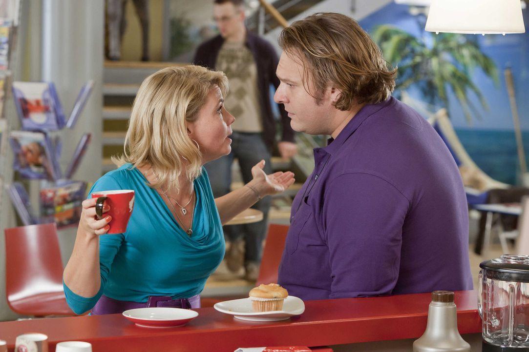 Da Nils (Oliver Fleischer, r.) nicht auf Danni (Annette Frier, l.) gehört hat, braucht er nun selbst ihre Hilfe, denn das Gesundheitsamt, steht vor... - Bildquelle: SAT.1