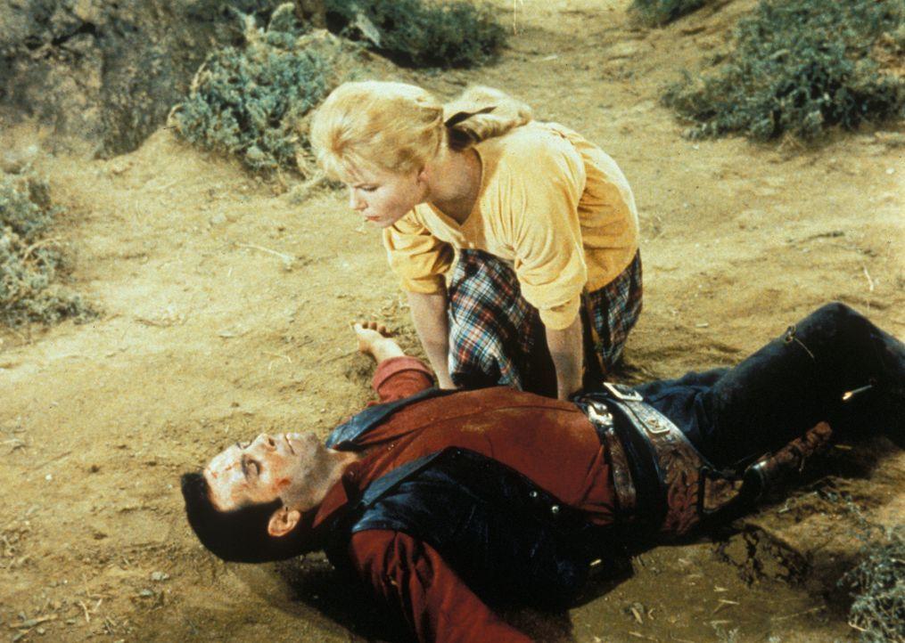 Nach einer blutigen Auseinandersetzung mit den Sheeshawnee-Indianern kümmert sich Ruth (Anna-Lisa, r.) um den verletzen Adam Cartwright (Pernell Rob... - Bildquelle: Paramount Pictures