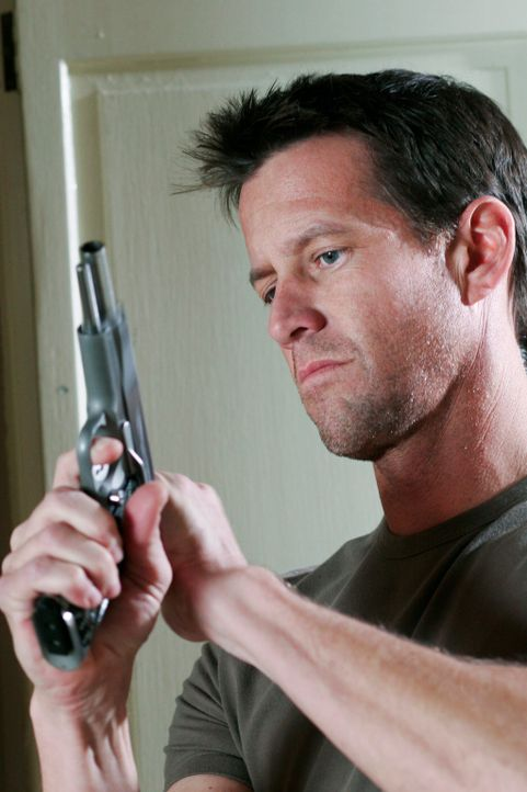 Mike (James Denton) erfährt von Felicia, dass Paul von der Polizei abgeführt wurde. Er ruft Noah an und erfährt, dass er Paul hat entführen lassen.... - Bildquelle: 2005 Touchstone Television  All Rights Reserved
