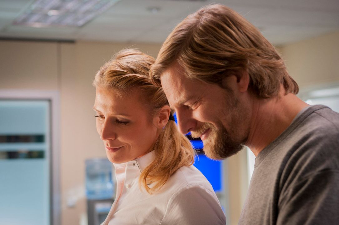 Micks (Henning Baum, r.) harmloser Flirt mit der Kollegin Averdunk (Franziska Weisz, l.) entwickelt sich in eine Richtung, die für alle Beteiligten... - Bildquelle: Martin Rottenkolber SAT.1