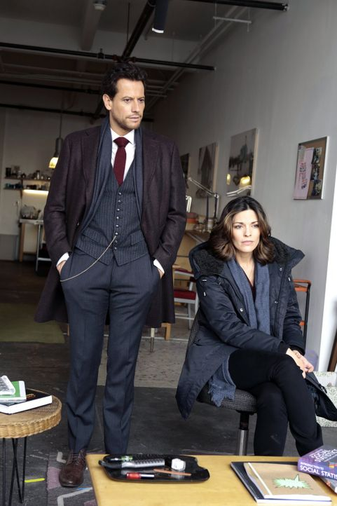 Die Ermordung der Studentin Sarah führt Henry (Ioan Gruffudd, l.) und Jo (Alana De La Garza, r.) erneut zu einer Professorin, die vor allem durch Sc... - Bildquelle: Warner Bros. Television