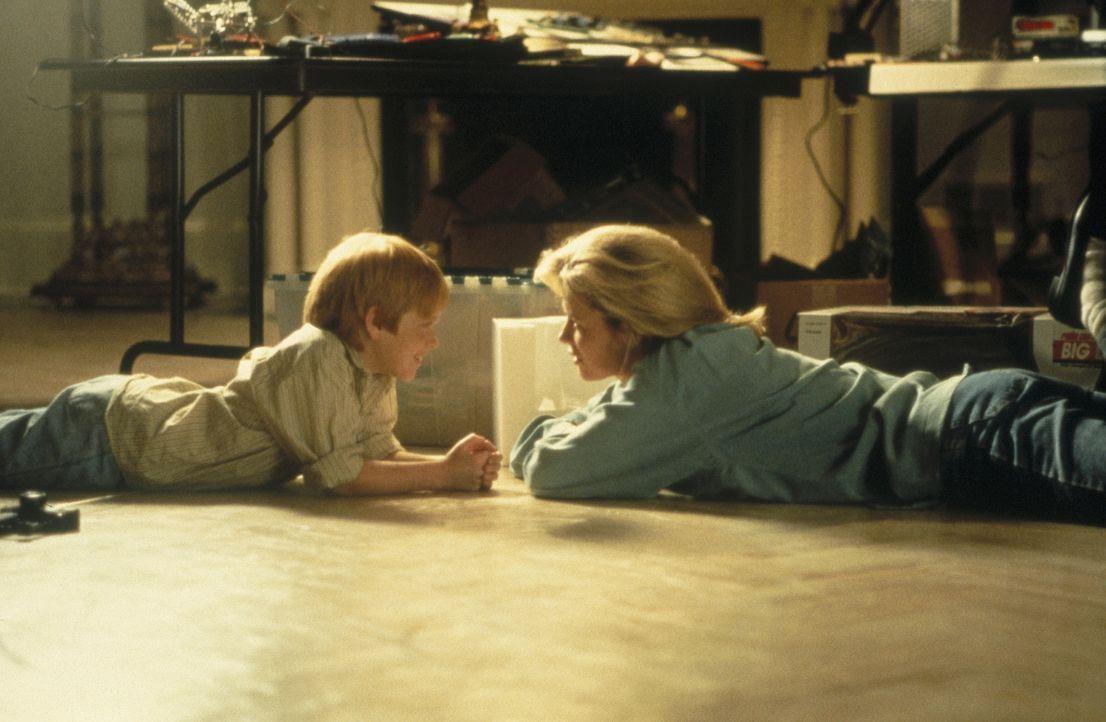 Gemeinsam mit ihrem Sohn Patrick (Zach English, l.) möchte die Ex-Kriminelle Karen McCoy (Kim Basinger, r.) ein neues Leben beginnen. Doch ihre Verg... - Bildquelle: Universal Pictures