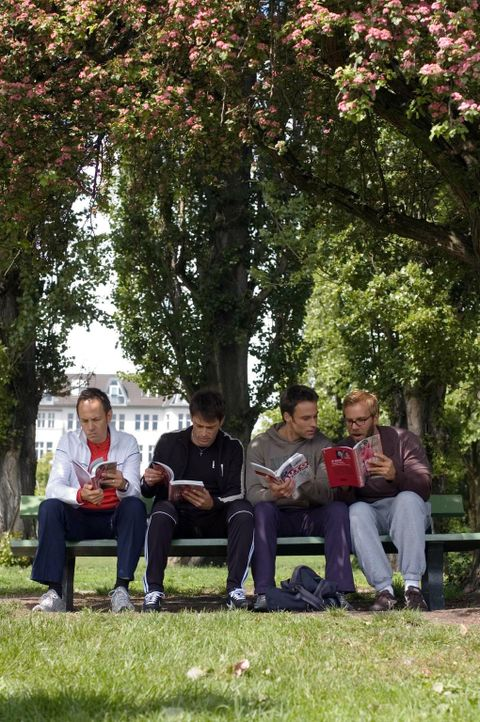 Zusammen mit seinen Freunden Ulf (Moritz Lindbergh, l.), Karl (Jan Sosniok, 2.v.r.) und Stefan (Dominic Boeer, r.) überlegt Adam (Marco Girnth, 2.v.... - Bildquelle: Stefan Erhard Pro Sieben