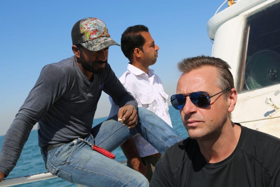 Tom Waes (r.) reist zur Zeit des Präsidenten Ahmadinedschad in den umstrittenen Iran. Zu seiner Überraschung begegnet er dort einer Bevölkerung, die... - Bildquelle: 2013 deMENSEN