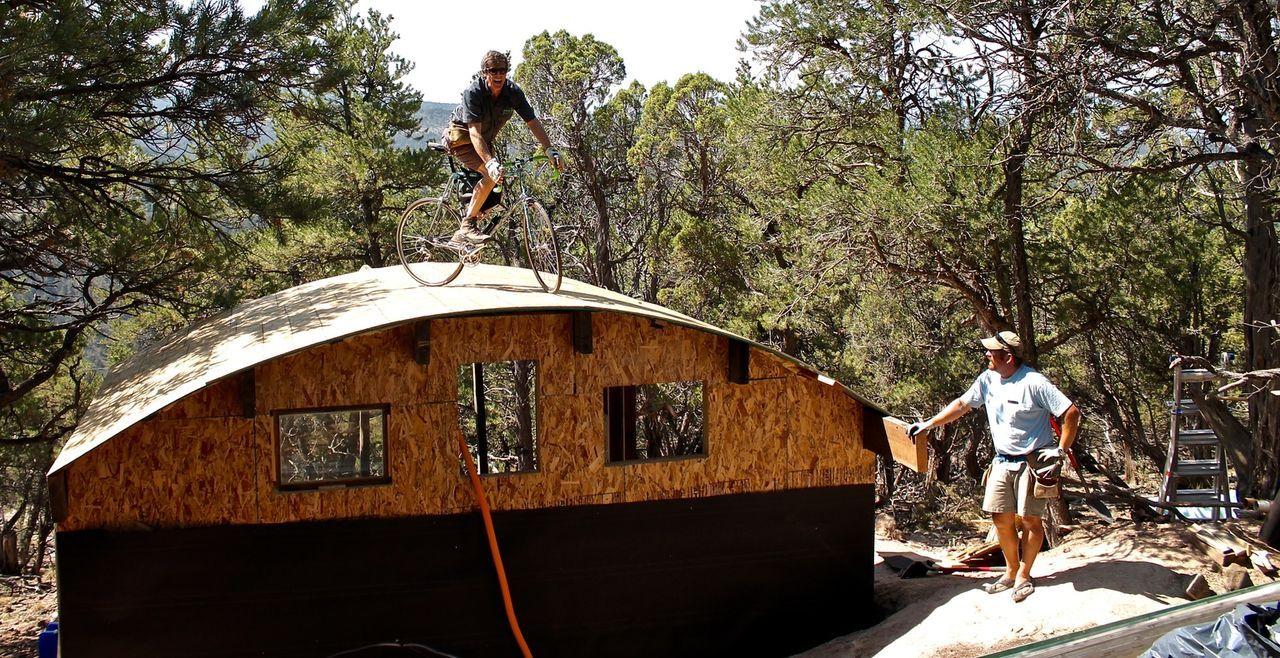 Die rauen Rocky Mountains im Westen Colorados sind ein Traum für tollkühne Outdoorfans wie Steve Novy (l.) und eine Gruppe von mutigen Mountainbikern, die ausgerechnet dort eine einzigartige Berghütte bauen wollen ...