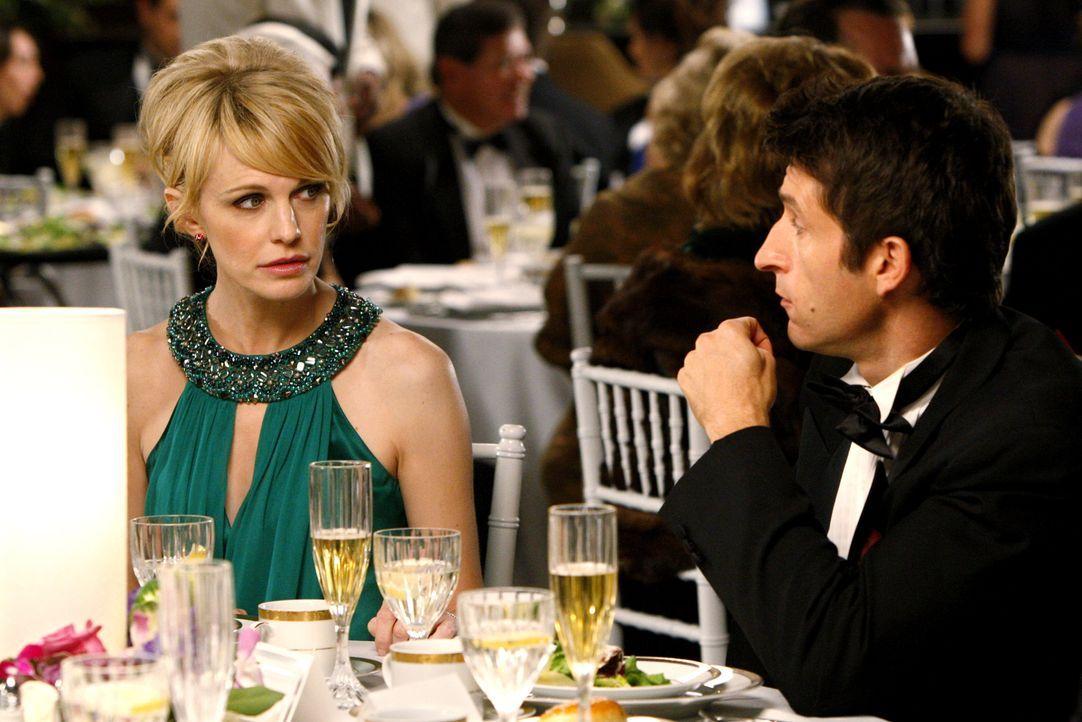 Lilly Rush (Kathryn Morris, l.) kommt auf der Hochzeit von Kriminaltechniker Louie Amante mit Curtis Bell (Jonathan LaPaglia, r.) ins Gespräch. - Bildquelle: Warner Bros. Television