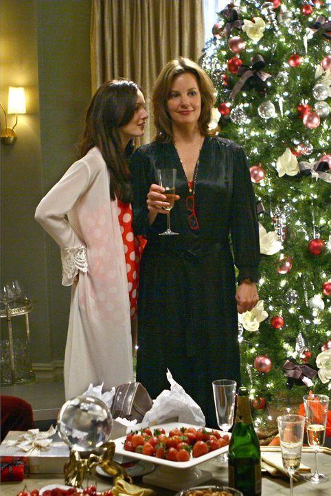Die Familienidylle trügt: Blair (Leighton Meester, l.) und Eleanor (Margaret Colin, r.) ärgern sich über den Freund von Harold ... - Bildquelle: Warner Brothers