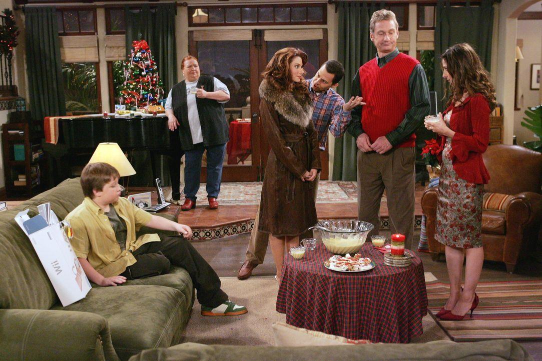 Damit hat Charlie nicht gerechnet - er wollte eigentlich seinen Weihnachtsabend mit seiner Freundin im Bett verbringen und jetzt ist das Haus voll m... - Bildquelle: Warner Brothers Entertainment Inc.