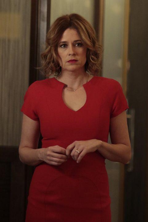 Nachdem Captain Santiani ermordet wurde, macht sich Jennifer (Jenna Fischer) große Sorgen um Jake ... - Bildquelle: 2016 Warner Bros. Entertainment, Inc.