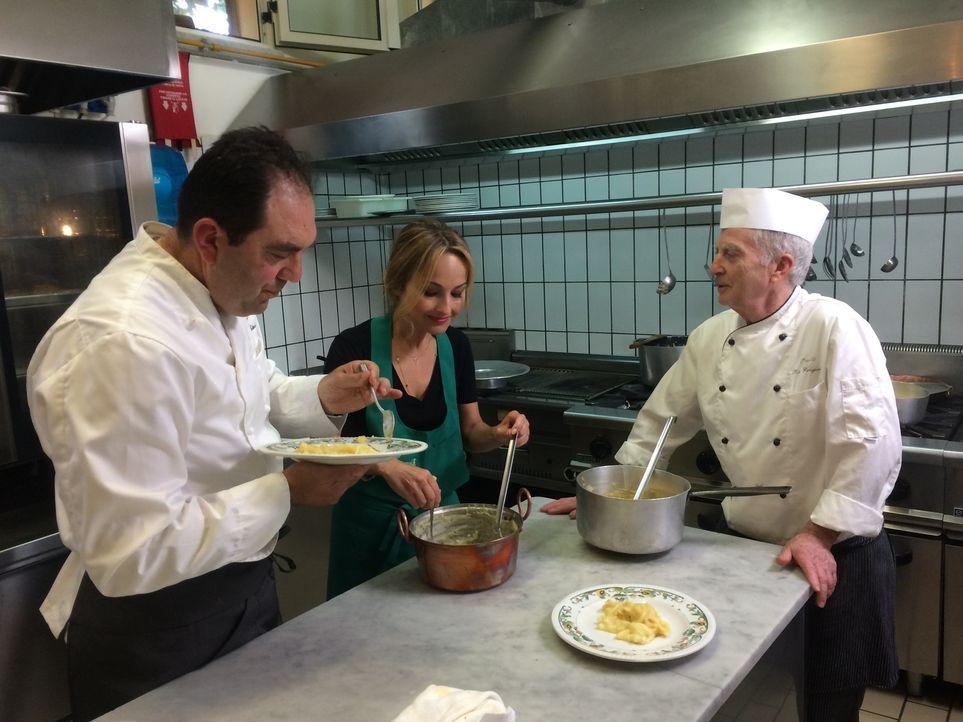 Um ein Tagesspecial für die Mittagszeit zu kreieren, geht Giada De Laurentiis (M.) in ein italienisches Lokal und kocht gemeinsam mit den Chefköchen... - Bildquelle: 2015,Television Food Network, G.P. All Rights Reserved