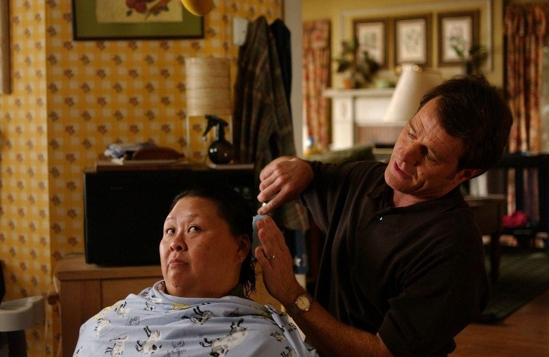 Nachdem Hal (Bryan Cranston, r.) Lois eine neue schicke Frisur verpasst hat, und sich das schnell rum gesprochen hat, bekommt er neue Aufträge ... - Bildquelle: TM &   2005 - 2006 Twentieth Century Fox Film Corporation and Regency Entertainment (USA), Inc.