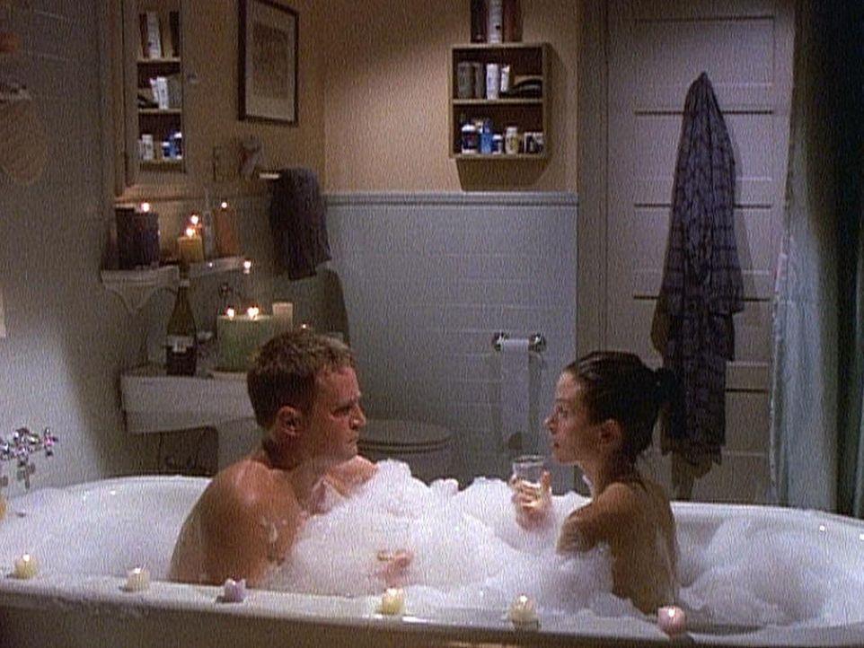 Chandler (Matthew Perry, l.) und Monica (Courteney Cox) genießen ein Bad zu zweit. - Bildquelle: TM+  2000 WARNER BROS.
