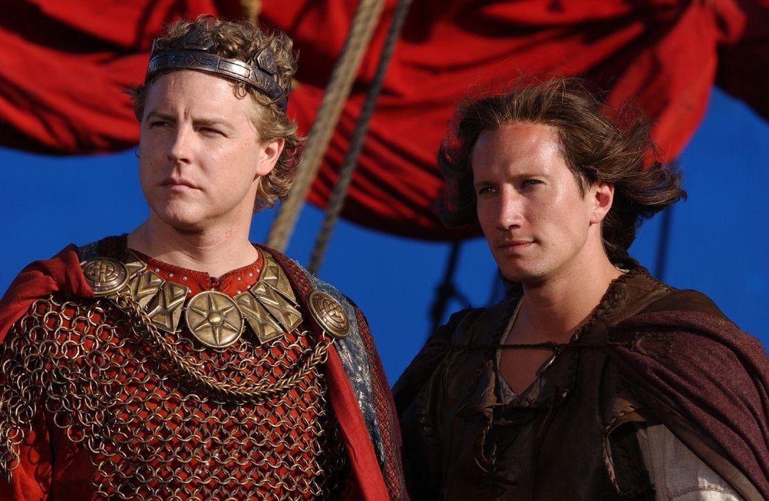 Bevor Siegfried (Benno Fürmann, r.) und Kriemhild heiraten können, muss der König (Samuel West, l.) selbst verheiratet sein. Seine Auserwählte ist B... - Bildquelle: Sat.1/© 2004 Tandem Communications/VIP Medienfonds 2&3 TANDEM PRODUCTIONS