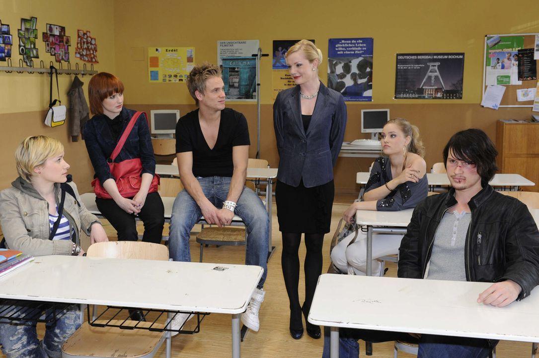 Helena weißt die Erziehungscamp-Schüler in das bevorstehende Abenteuer ein. (v.l.n.r.) Emma (Kasia Borek), Sophie (Franciska Friede), Ronnie (Fred... - Bildquelle: SAT.1