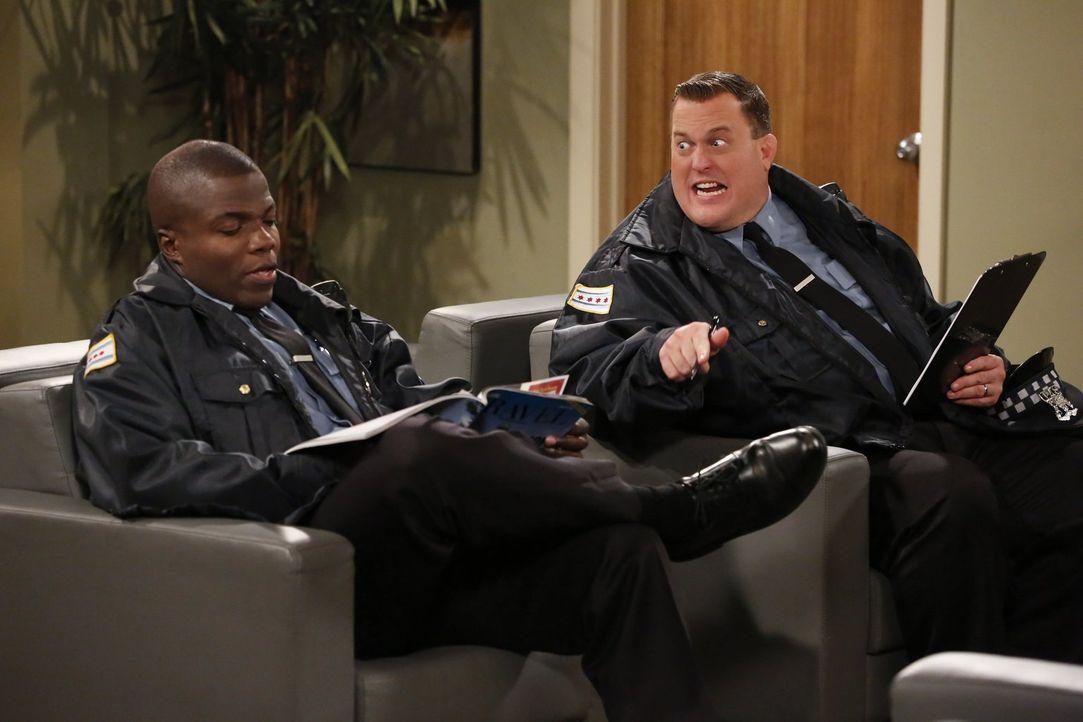 Müssen sich einer ärztlichen Untersuchung unterziehen: Mike (Billy Gardell, r.) und Carl (Reno Wilson, l.) ... - Bildquelle: Warner Brothers