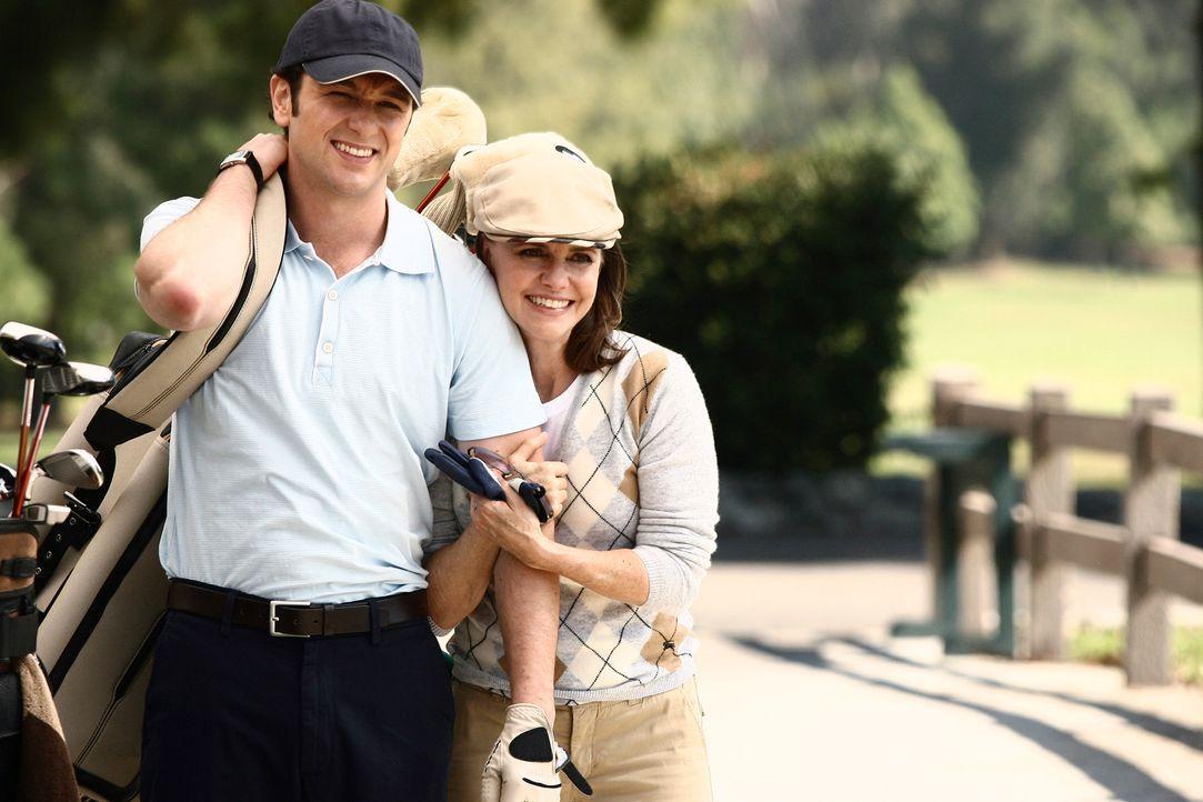 Kevin (Matthew Rhys, l.) begleitet seine Mutter Nora (Sally Field, r.) zu einer Golfpartie ... - Bildquelle: Disney - ABC International Television