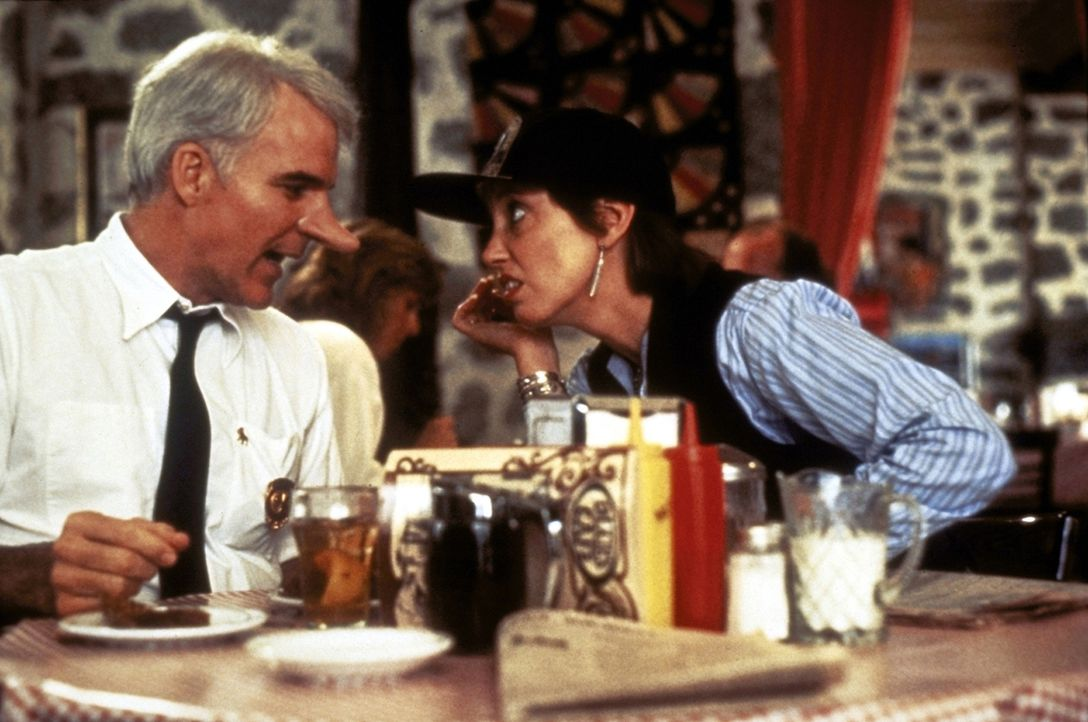 In seinem Liebeskummer sucht C. D. Bales (Steve Martin, l.) Trost bei seiner alten Freundin Dixie (Shelley Duvall, r.). Doch auch sie weiß keinen Ra... - Bildquelle: Copyright   1987 Columbia Pictures Industries, Inc. All Rights Reserved.